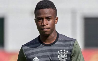 Schalke pede desculpa por insultos racistas a Moukoko
